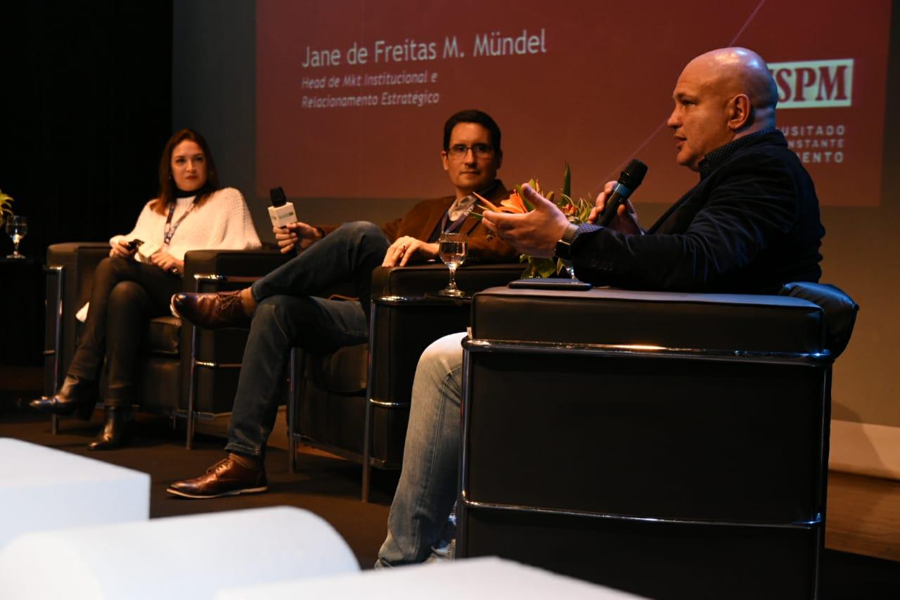 Jane Mundel e Ricardo Souza falam sobre a importância do atendimento ao aluno em mesa-redonda do SADEBR